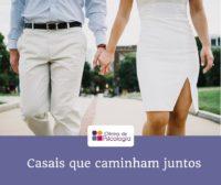 Casais que caminham juntos