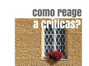 como reage a criticas